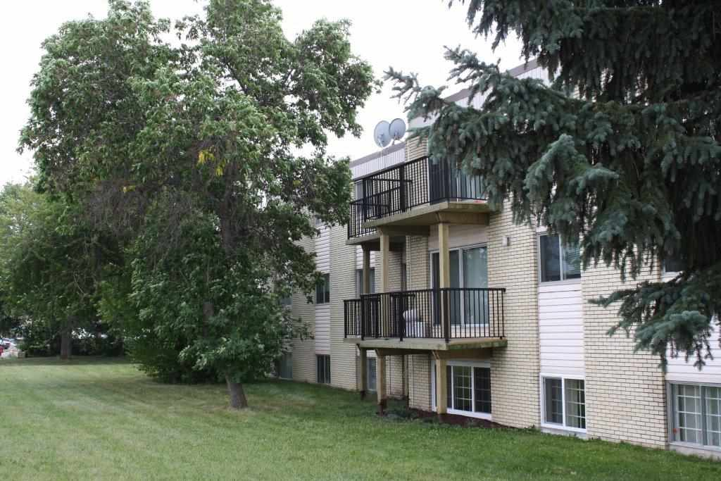 8C 5715 133 Avenue NW, 3 bed, 2 bath, at $114,900