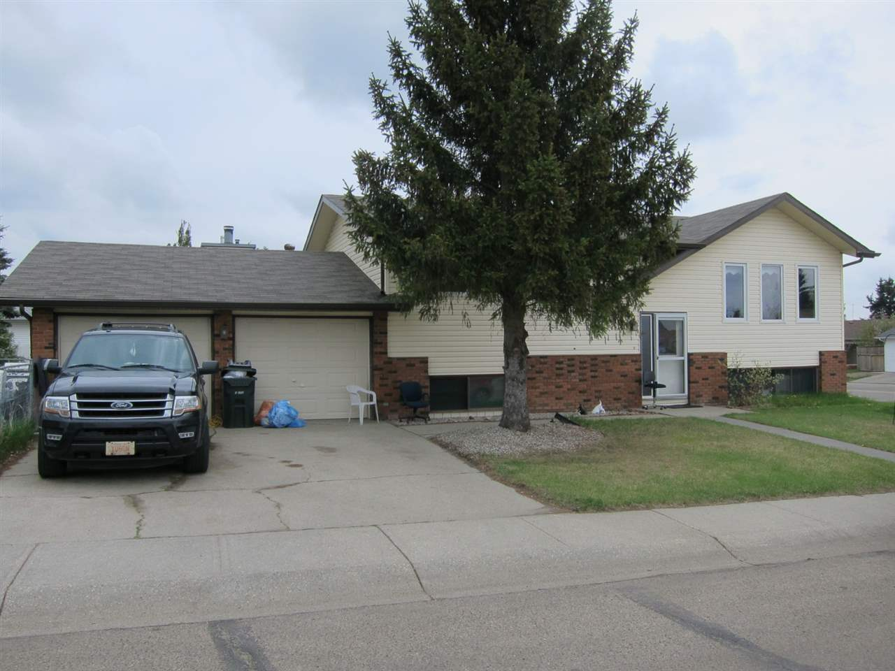 5615 50 Street, 3 bed, 3 bath, at $289,900