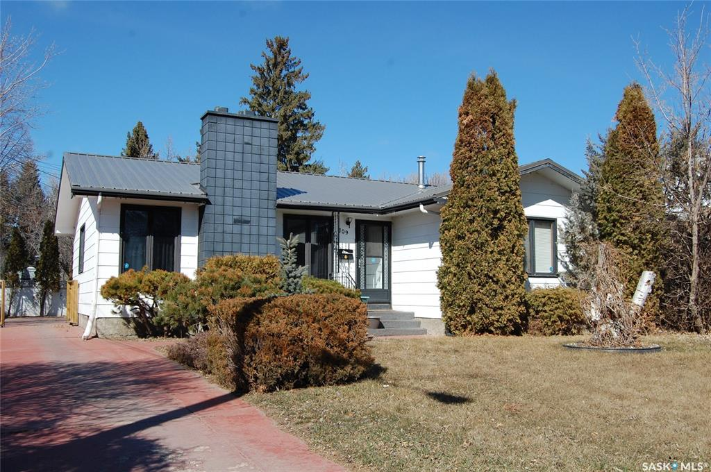 709 Isabella Street W, 3 bed, 3 bath, at $334,900